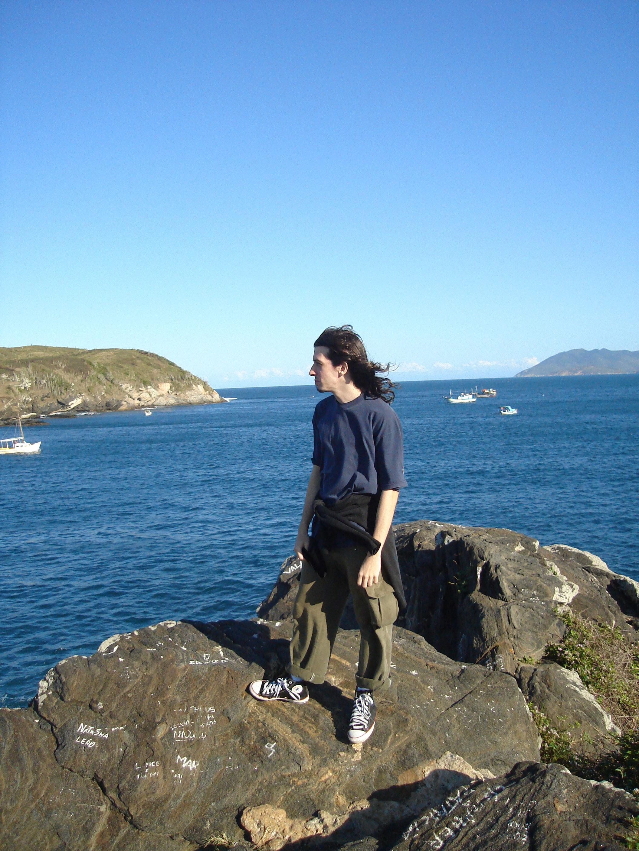 Carlos Felipe Figueiras, de pé na beira do mar.